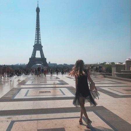эйфелева башня и девушка 019