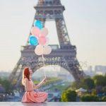Эйфелева башня и девушка — прикольные фото