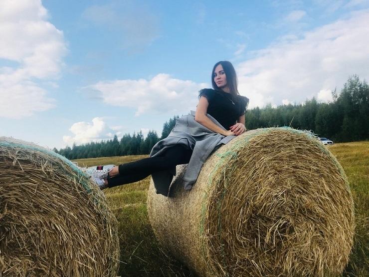 Красивая фотосессия на сене в поле 023