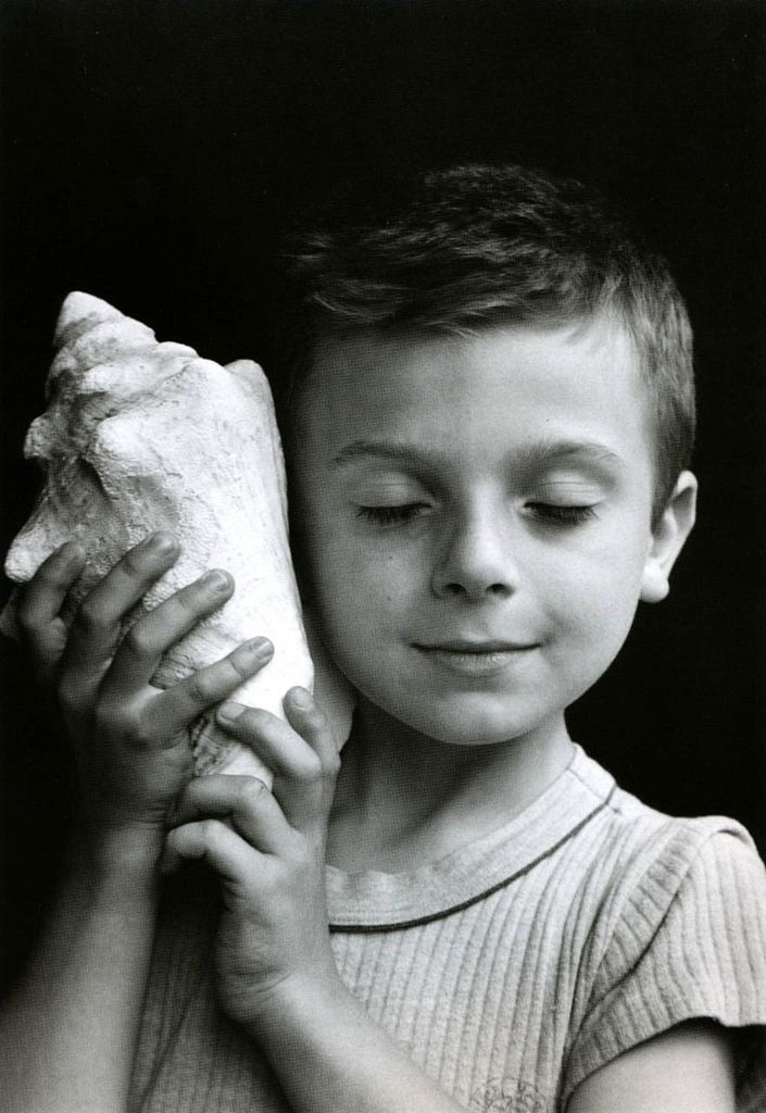 Улыбка на черно белом фото (12)