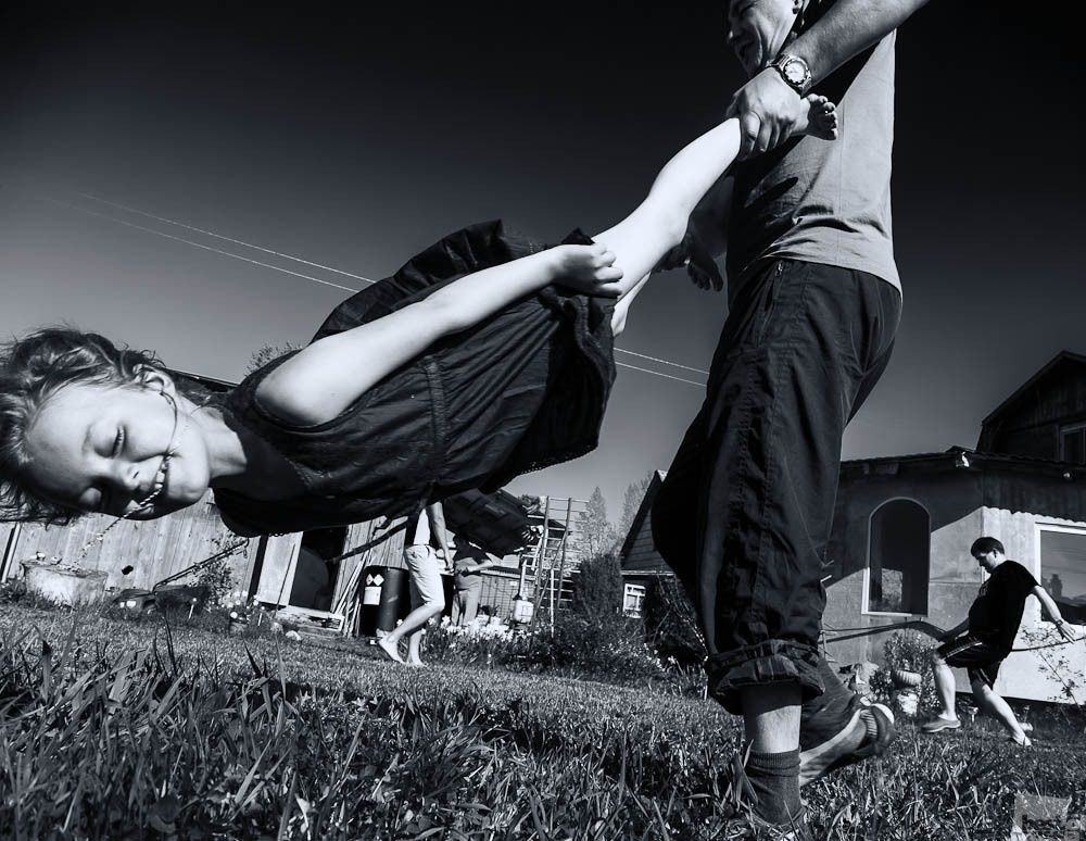 Улыбка на черно белом фото (14)