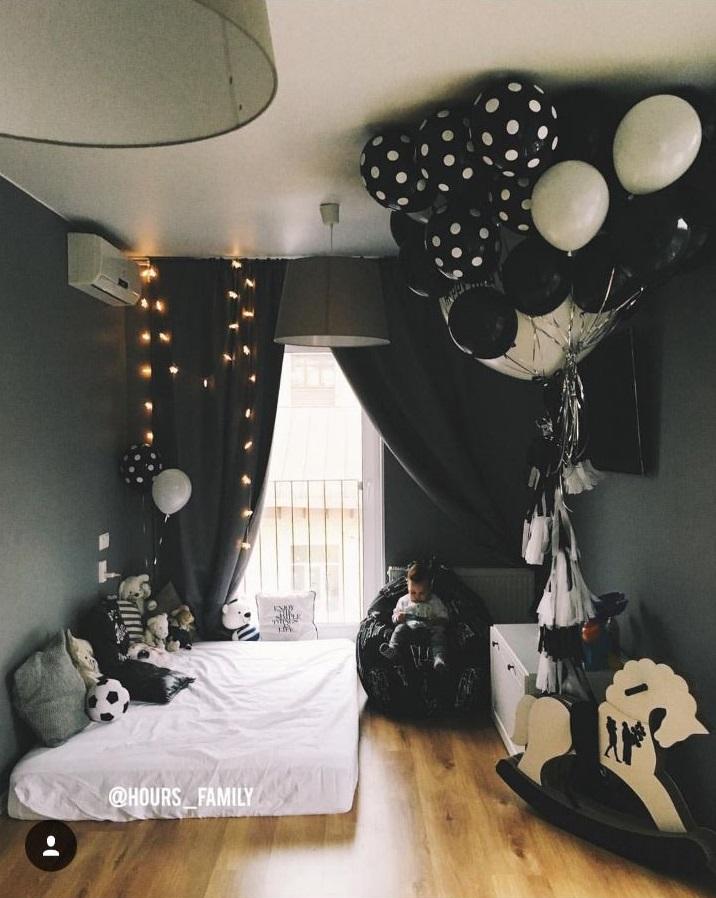 Оформление комнаты черными шарами 001