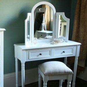 Красивый декоративный туалетный столик 029
