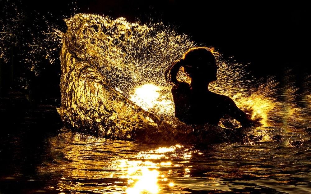 Красивый силуэт девушки в воде 011