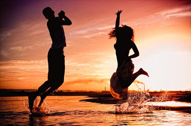 Красивый силуэт девушки в воде 012