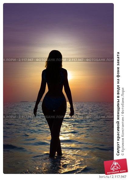 Красивый силуэт девушки в воде 017