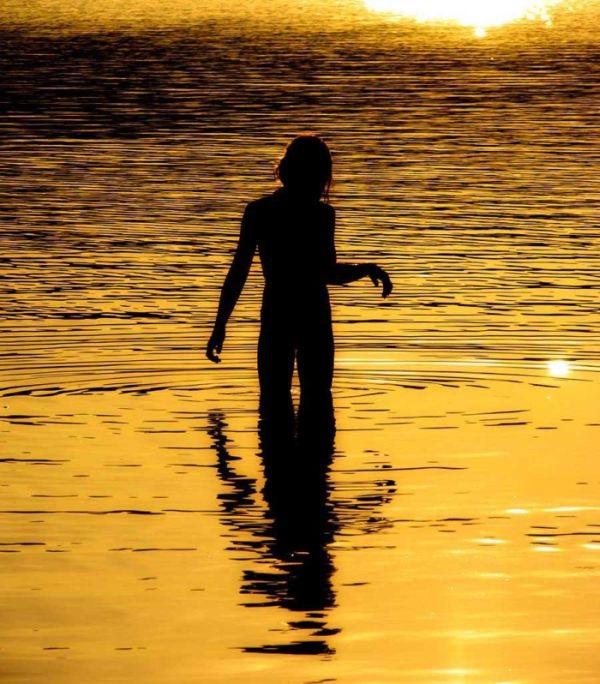 Красивый силуэт девушки в воде 020