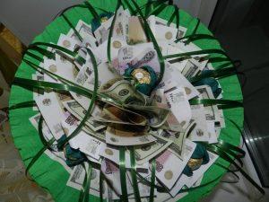 На подарок букет из конфет с деньгами 027