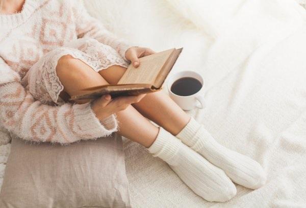 Нежные фото девушек в одеяле с чаем 001