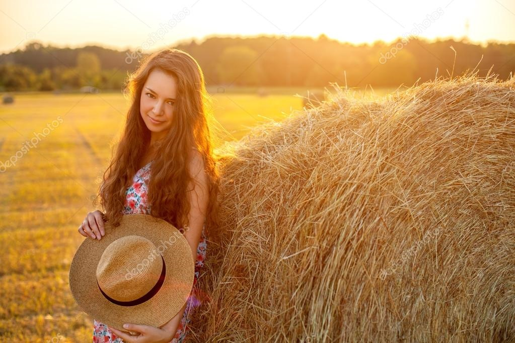 Очень красивая фотосессия на сене в поле 026