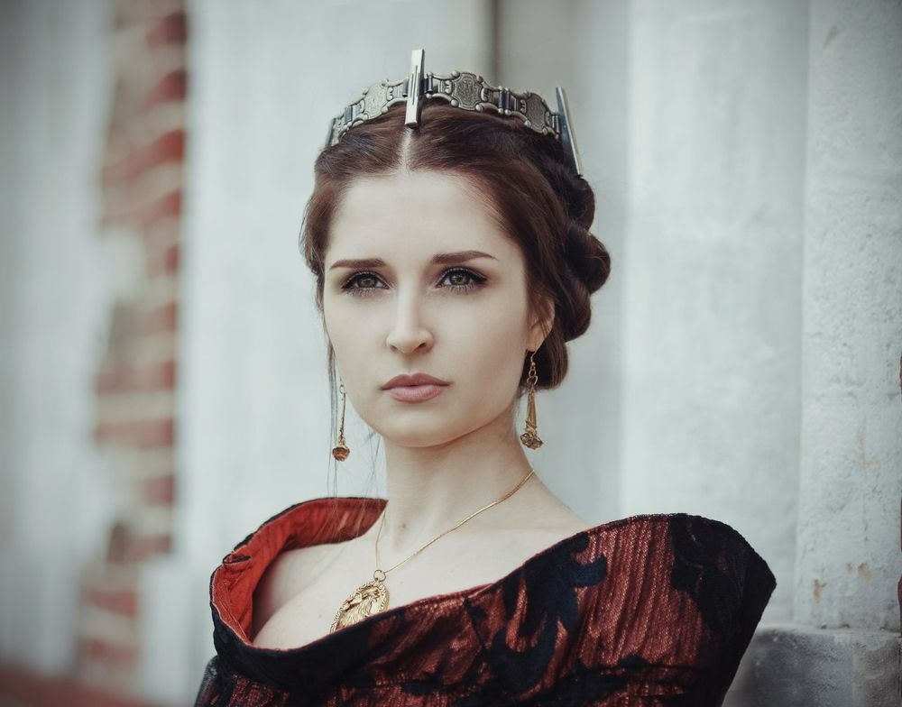 Фото девушки с короной на голове 001