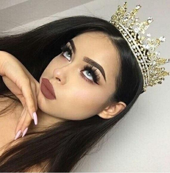 Фото девушки с короной на голове 003