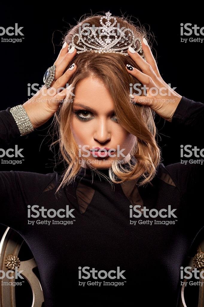 Фото девушки с короной на голове 004
