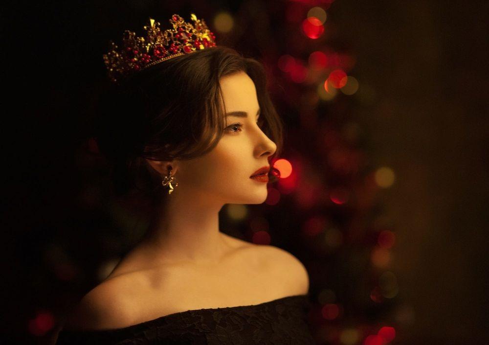 Фото девушки с короной на голове 009