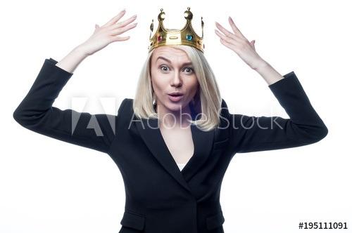 Фото девушки с короной на голове 012