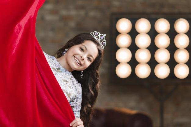 Фото девушки с короной на голове 013