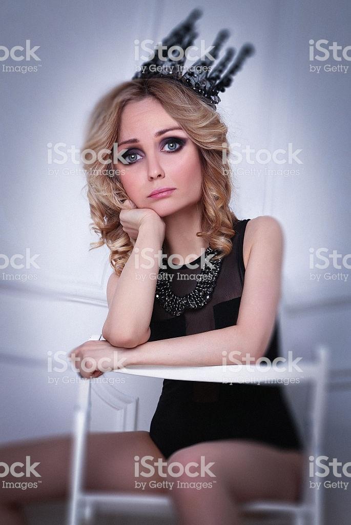 Фото девушки с короной на голове 014
