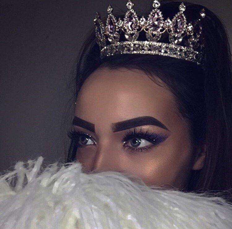 Фото девушки с короной на голове 017