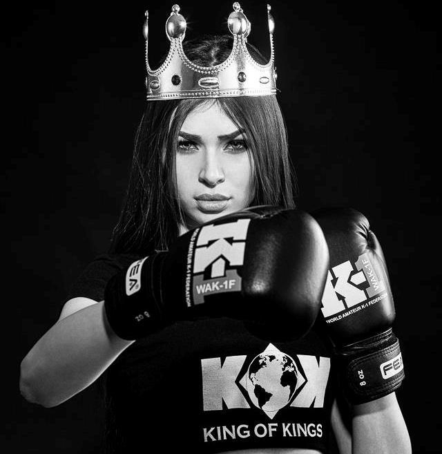 Фото девушки с короной на голове 018