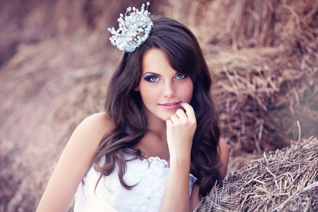 Фото девушки с короной на голове 022