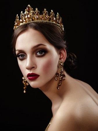 Фото девушки с короной на голове 025