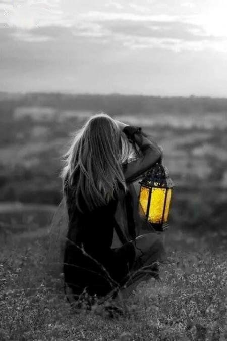 фото черно белое с цветными элементами девушки 003