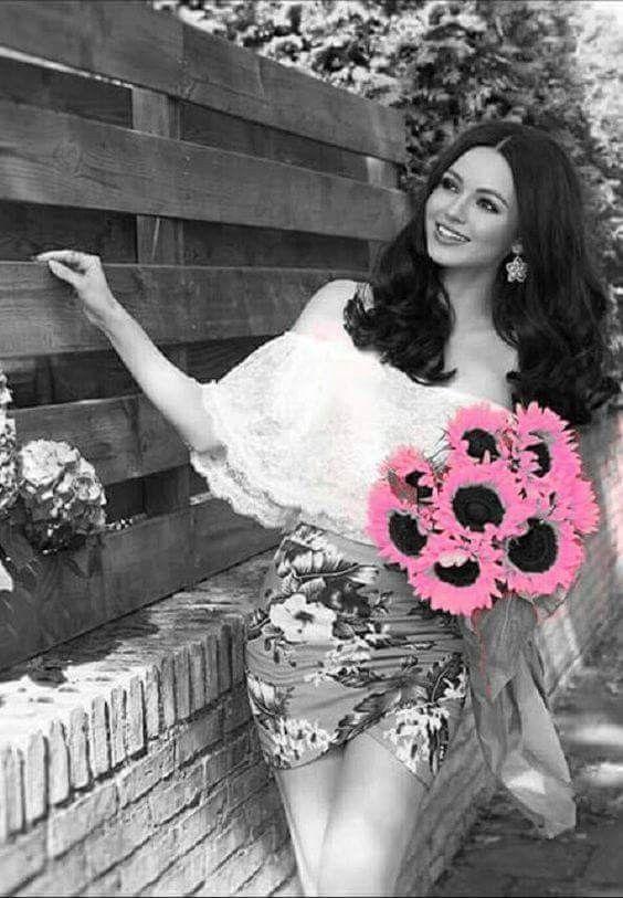 фото черно белое с цветными элементами девушки 010