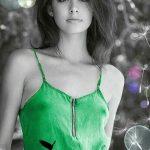 Фото черно белое с цветными элементами девушки