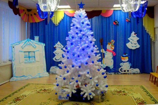 Идея украшение зала в детском саду в новый год 04