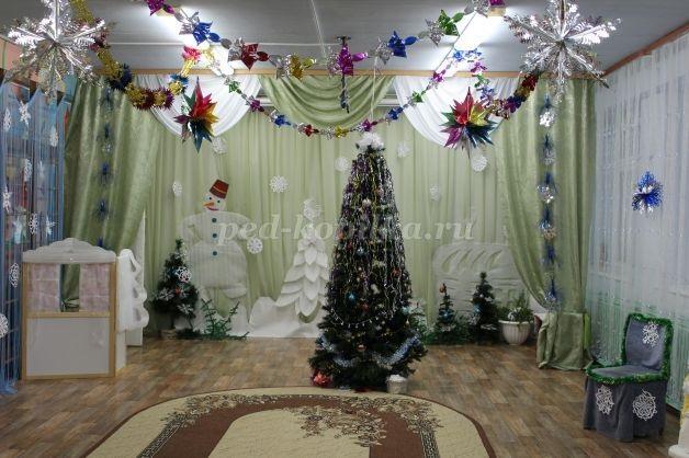 Идея украшение зала в детском саду в новый год 07