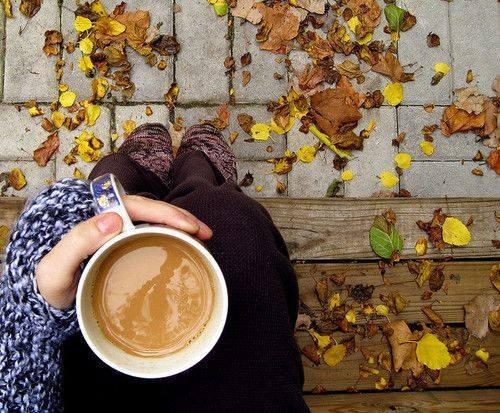 Милые фото девушки осенью с кофе 13