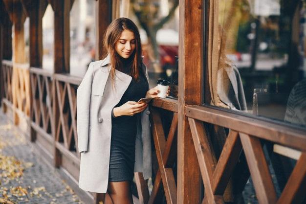 Милые фото девушки осенью с кофе 23