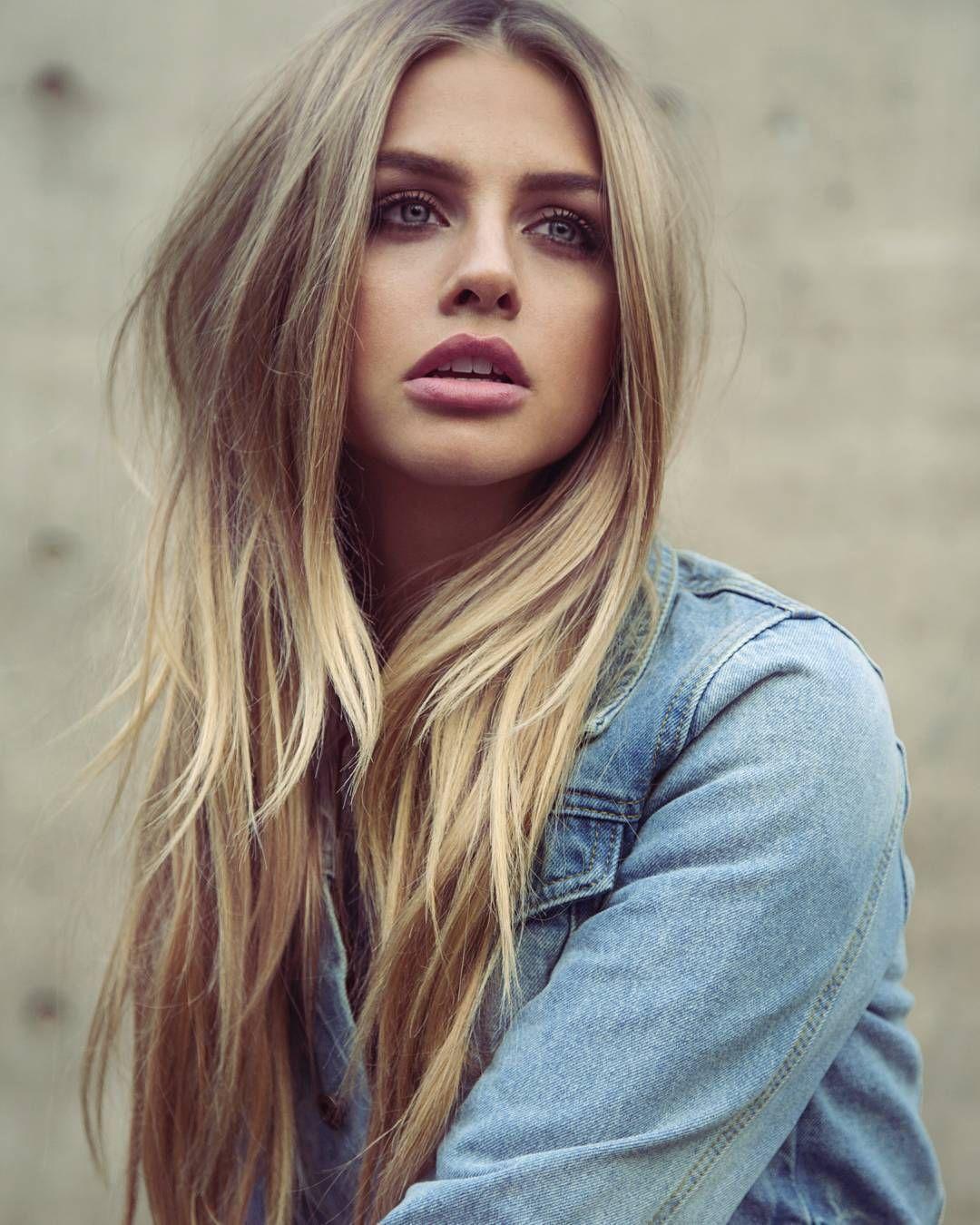 Красивая блондинка джинсовом пиджаке