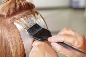 Девушке красят волосы