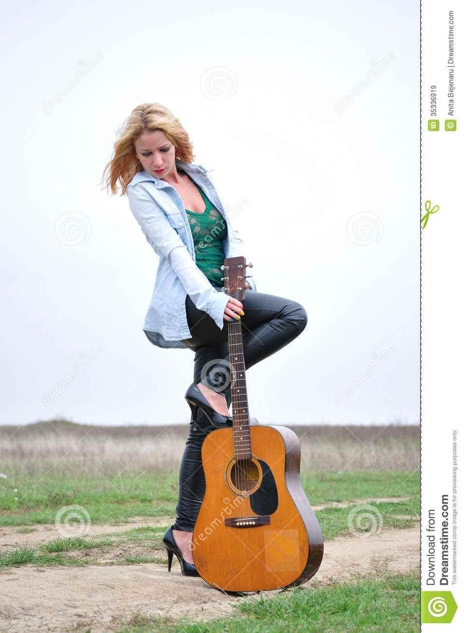 Красивая девушка с гитарой фото, картинки 05