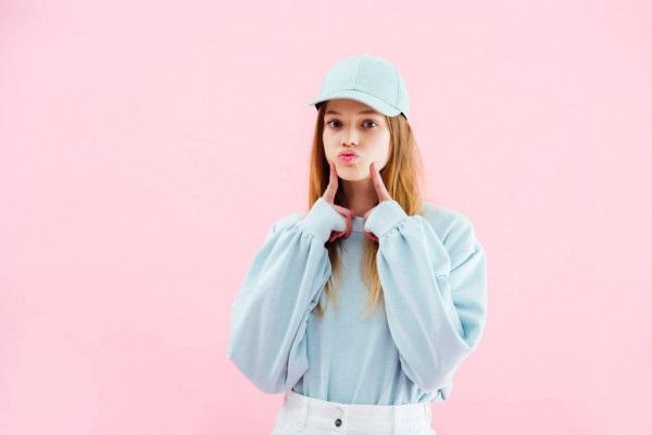 Красивые девушки фото в шапке (7)