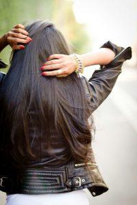 Девушка спиной с длинными волосами фото 2021 (1)