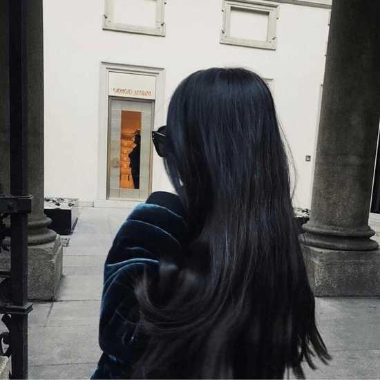Девушка спиной с длинными волосами фото 2021 (3)