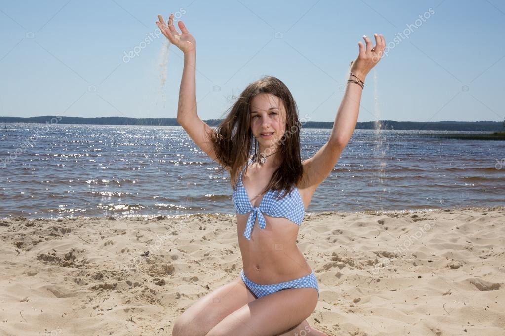 Милые девушки в купальнике на пляже   сборка фото (12)