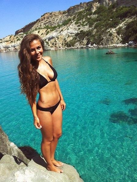 Милые девушки в купальнике на пляже   сборка фото (16)